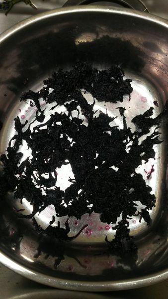梅干し:梅を塩漬けした汁を入れてほぐす